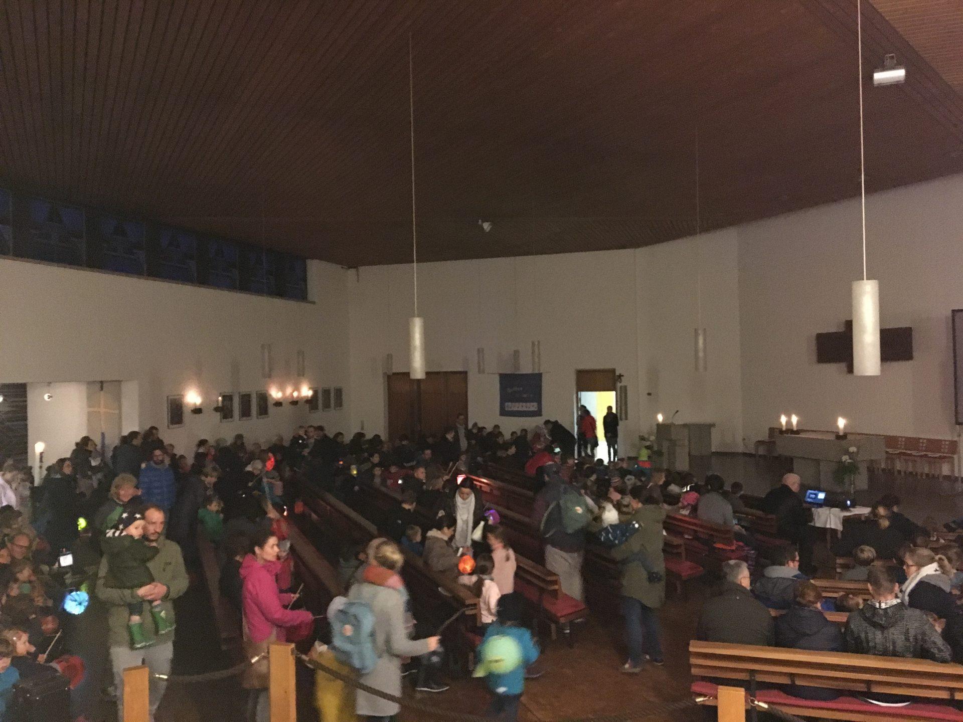 Nach dem Martinsritt ging es in die Thomas Morus Kirche